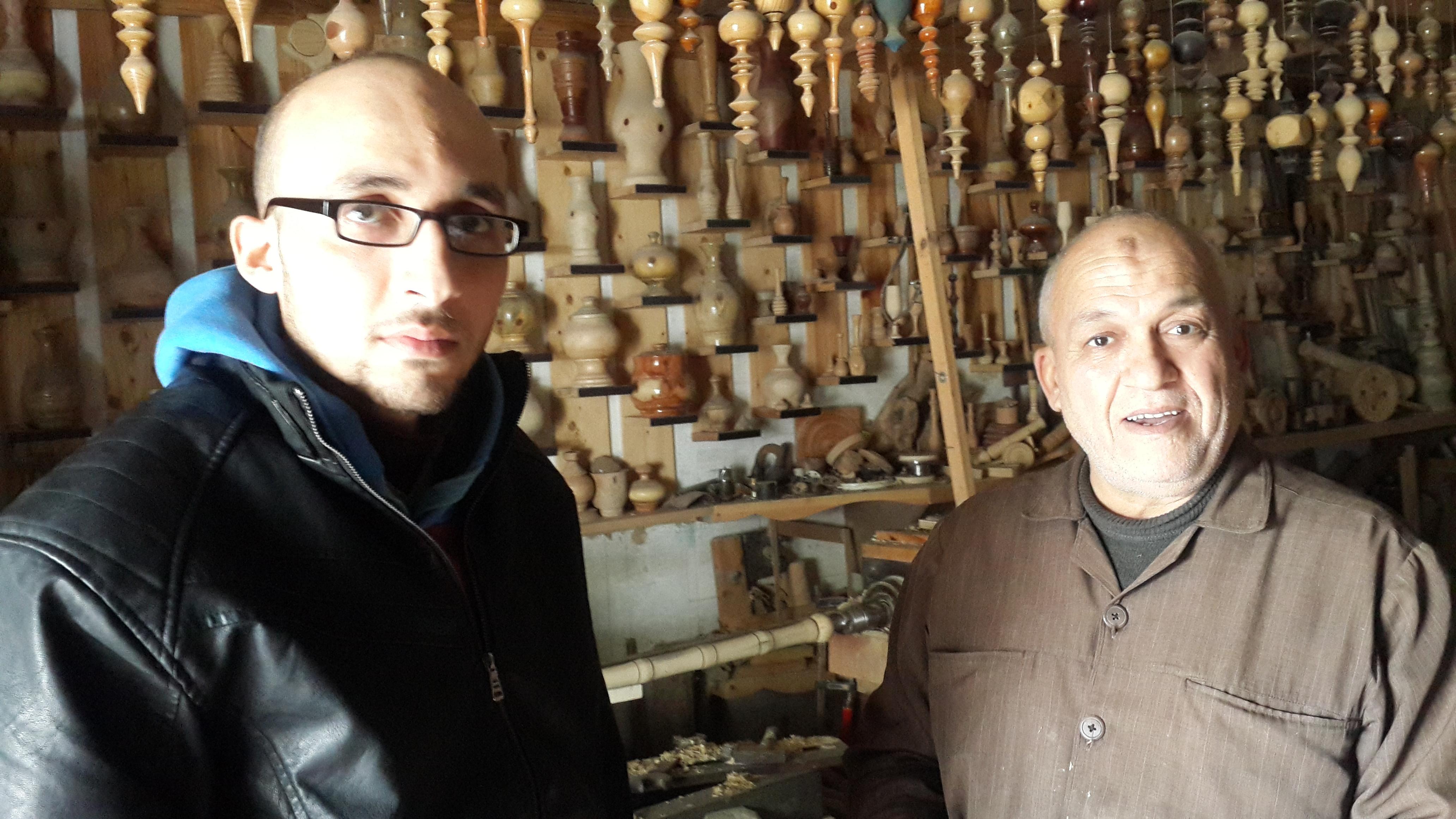 صانع الأنتيكة الخشبية هشام كحيل ونجله