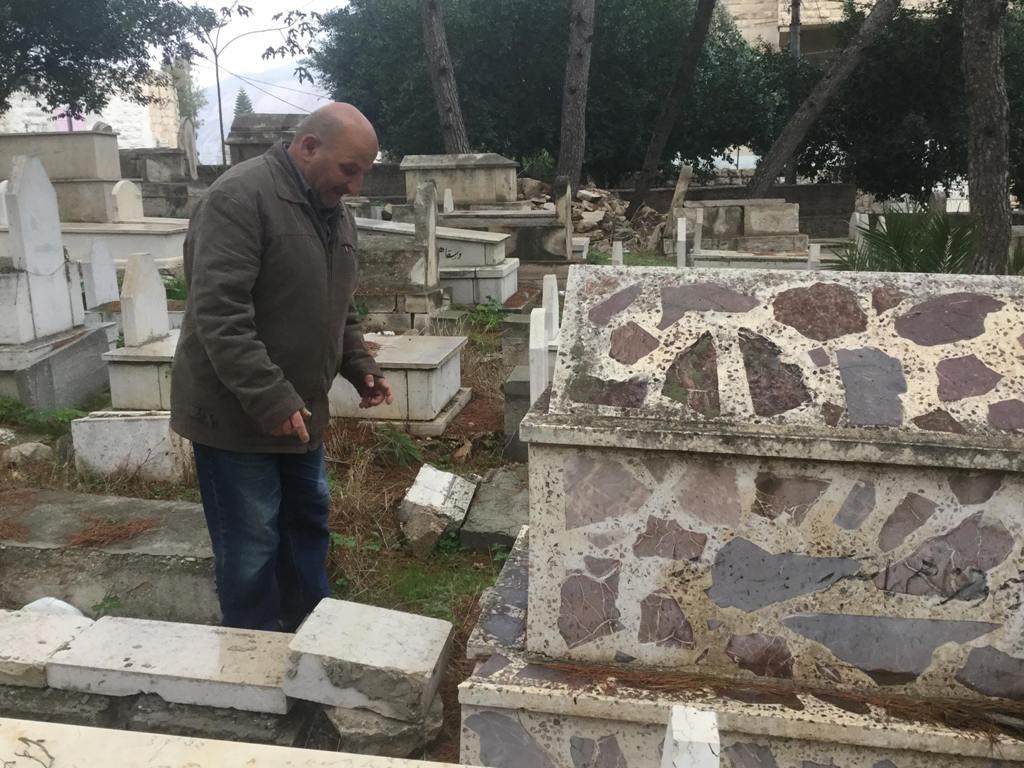مصطفى الأسمر يُشير إلى مكان تخبئة العبوات في المقبرة