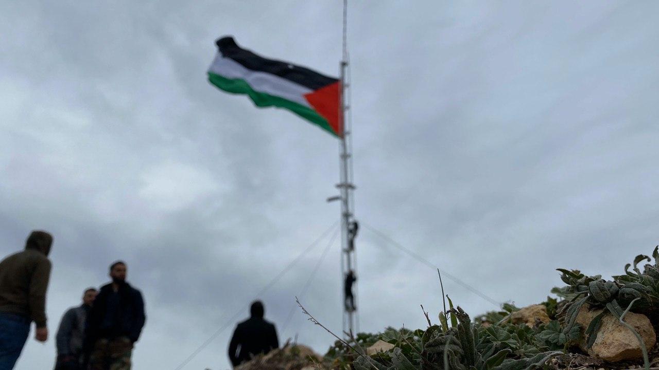 علم فلسطين يرفرف من أعلى قمة في بيتا