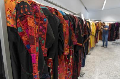 المتحف الفلسطينيّ يحتفي باقتناء 240 قطعة تراثيّة كانت في الشَّتات