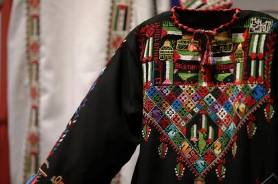 غزْل العروق: أثواب فلسطينية تروي حكايتها