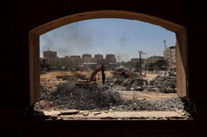 الاحتلال يواصل منع إدخال مواد البناء والمواد الخام لقطاع غزة