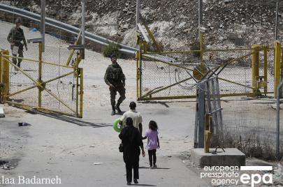 هآرتس: الجيش بدأ بمنع اجتياز ثغرات في الجدار