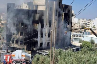 حريق لأكثر من 10 ساعات في مبنى بالخليل.. اتهامات بالتقصير والدفاع المدني يرد