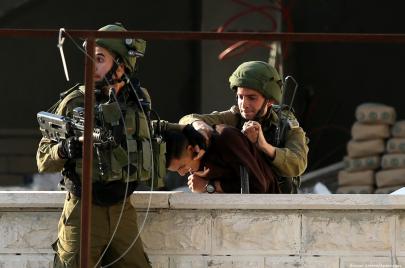 اعتقالات بالضفة فجر الثلاثاء: نصفهم من الخليل