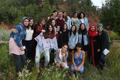 ماذا تفعل فتيات فلسطينيّات في تلال سانتا فيه؟