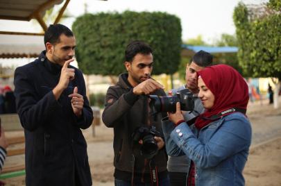 شبان وشابات من غزة يتعلمون النطق بالكاميرا