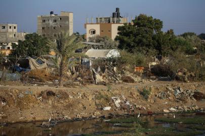غزة: عائلات تُجاور تجمعات الصرف الصحي هربًا من الغلاء