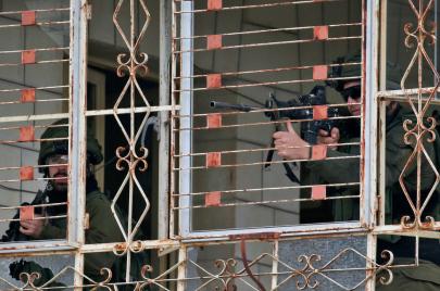 22 معتقلاً بالضفة ومصادرة أموال وأسلحة