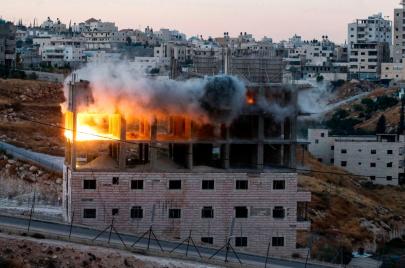 فيديو | الاحتلال يفجّر بناية عائلة أبو طير بالقدس