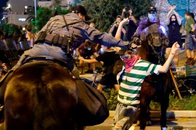 فيديو   مركبة تدهس متظاهرين رافضين لوجود نتنياهو