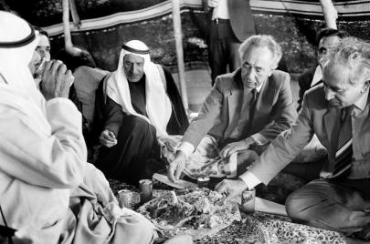مذكرات بيريز: عن النووي وعمرو موسى والشارب المستعار