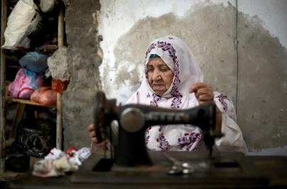 قطاع الملابس بغزة يحيك نفسه من جديد