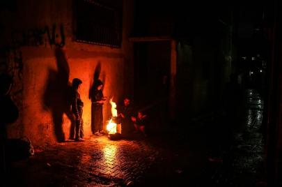 كانون النار مؤنسًا لجلسات السمر في المخيم