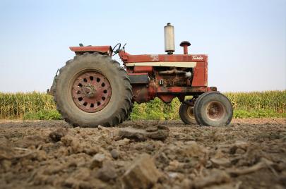 جرّاراتٌ للموت بدل الزراعة!