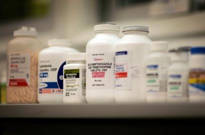 العيادات الخاصة بغزة: مرضى يتعلقون بقشة أدوية عشوائية