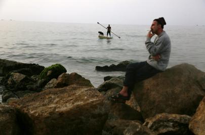 صيد السمك بالصنّارة في غزة.. هل معك تصريح؟