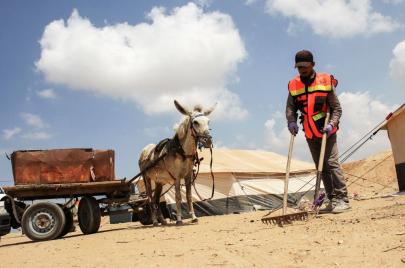عمال نظافة بعربات في غزة.. لا حقوق ولا مقومات للسلامة