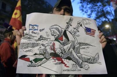 موقع إسرائيلي: العرب يستنكرون علنًا ويمدون أياديهم سرًا