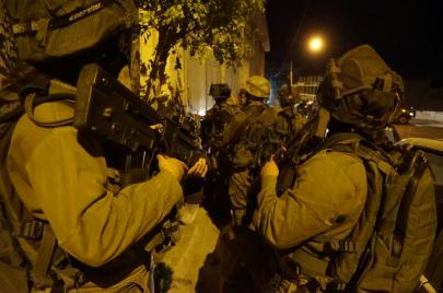 11 معتقلاً ومصادرة أسلحة من الضفة ليلاً