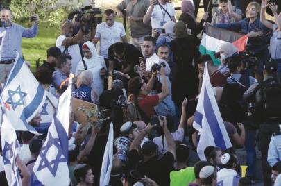 هالة الشريف رفعت علم فلسطين لتؤكد