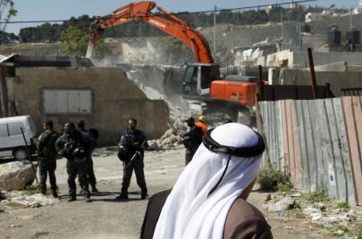 الاحتلال يهدم بنايتين بالعيزرية