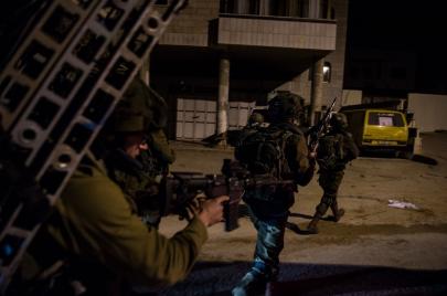 الاحتلال يعتقل 22 فلسطينيًا ويعثر على سلاح